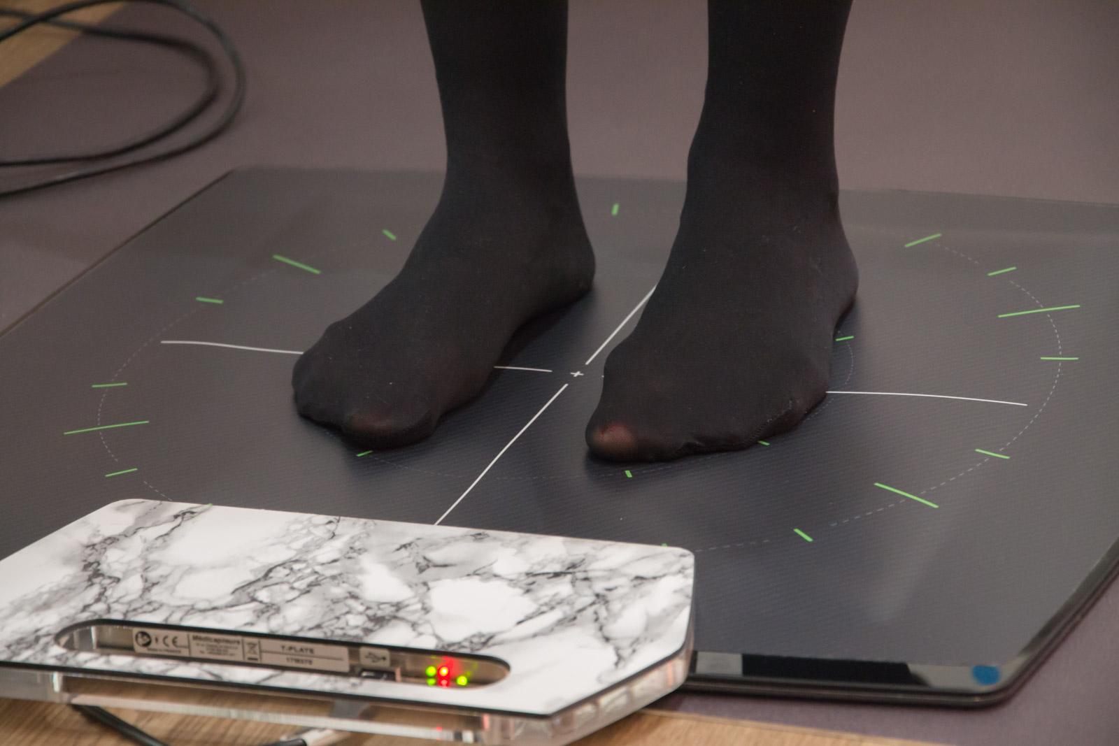 Ein Paar Füße auf der Druckmessplatte einer Stewardess